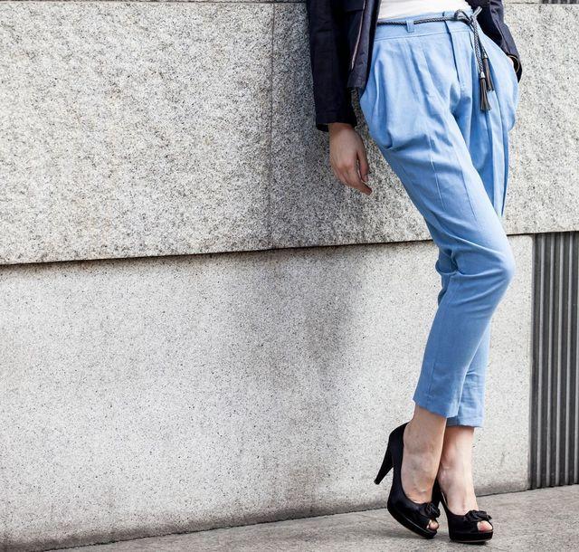 服装 パンツスタイルは女性らしいシルエットで